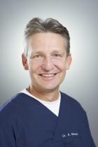Portrait Dr. med. dent. Albert Diesch, Zahnheilkunde Bodensee Dr. Barbara Diesch, Dr. Albert Diesch und Dr. Daniel Müller, Friedrichshafen, Zahnarzt, Spezialist für mikroskopische Endodontie