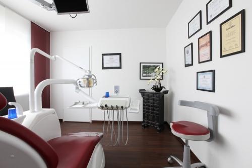 , Dr. Thomas Müller, Zahnarztpraxis, Tätigkeitsschwerpunkte: Implantologie & Parodontologie, Nürnberg, Zahnarzt